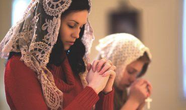Ženský závoj si nachádza cestu späť do Cirkvi