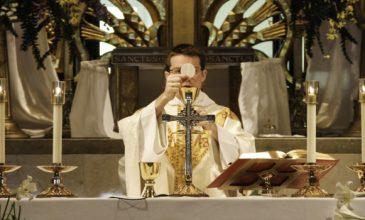 """Kardinál Sarah: """"Chorý Ján Pavol II prijímal Eucharistiu na kolenách, začnime aj my!"""""""
