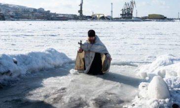 Rusi sa na sviatok Zjavenia Pána ponárajú do mrznúcej vody
