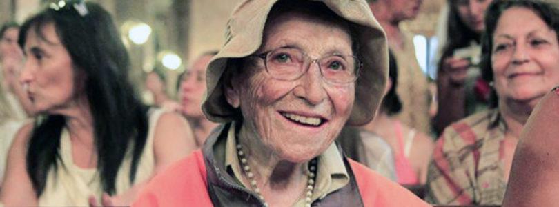 """94 ročná """"putujúca babička"""" prešla 900 km, aby priniesla obetu za jednotu rodín a mier vo svete"""