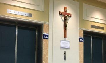 Írskej progresívnej vláde vadí, že v katolíckych nemocniciach sú kríže