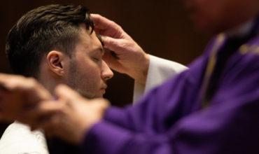 Prečo sú kňazi počas Pôstneho obdobia  oblečení do purpurovej farby?