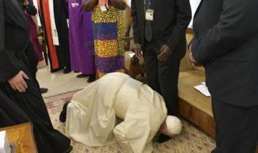 Pápež pobozkal politkom Sudánu nohy