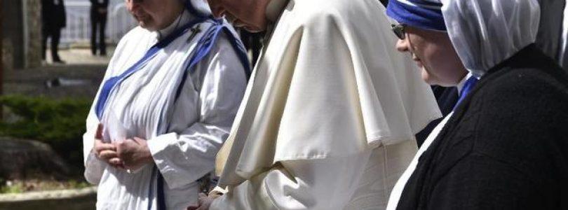 V dome sv. Matky Terezy sa pápež modlil za pokračovanie jej charizmy