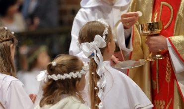 Prečo sa sviatosti Krstu a Prvého svätého prijímania udeľujú väčšinou v apríli a v máji?
